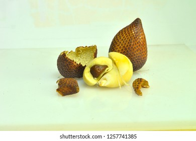 Salak is a type of palm fruit commonly eaten. He is also known as sala (Min., Mak., Bug., [1] and Thai). In English it is called salak or snake fruit, while the scientific name is Salacca zalacca.
