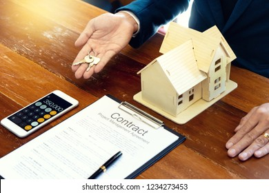 Sale man for house broker show and give home key to the customer ,buy from agent