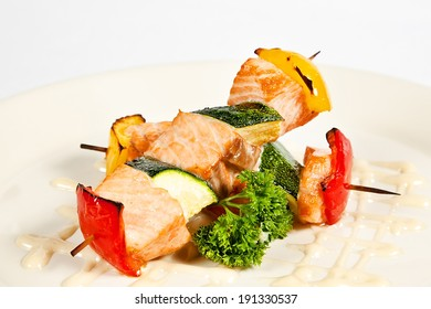 Salmon kebab with pepper, marrow and parsley