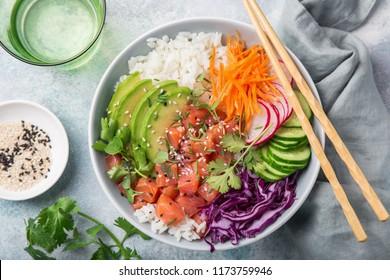 saladier (avocat, saumon, carotte, concombre, chou rouge, radis et riz), vue de dessus