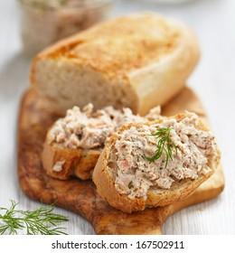 Saumon et fromage doux étalés sur du pain