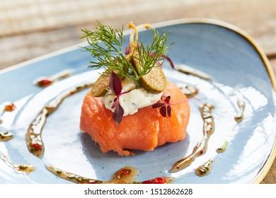 Salmon starter dish with figs and garnish