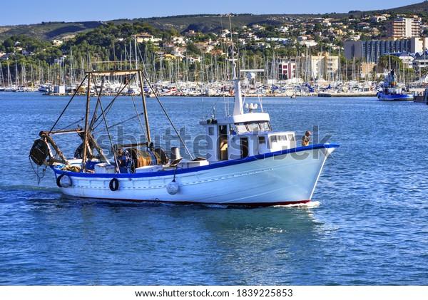 barco pesquero samall que llega al puerto de Denia