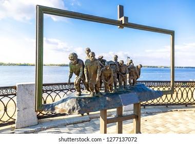 "Samara, Russia - September 22, 2018: Bronze monument of a painting of Ilya Repin's ""Barge Haulers on the Volga"" at the embankment of Volga river"