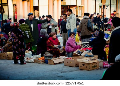 SAMARKAND, UZBEKISTAN, CENTRAL ASIA 11.18.2012 / Sellers and buyers at the Oriental Bazaar