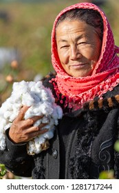 SAMARKAND, UZBEKISTAN - OCTOBER 7, 2017: Uzbek lady holds the cotton and looks at me in the outskirts of Samarkand, Uzbekistan