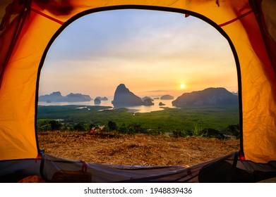 Punto de vista de Samed Nangchee mirando a través de una carpa en el amanecer, Phangnga, Tailandia