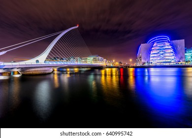 Samuel Beckett Bridge (Harp Bridge) und Convention Center Dublin und Dämmerung