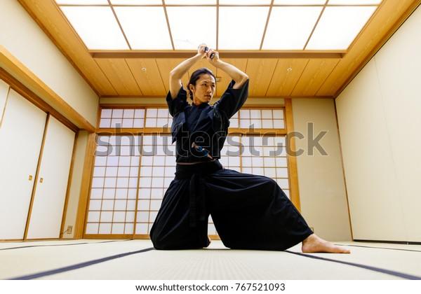 東京の伝統道場での侍の修行