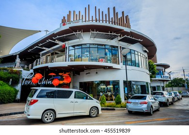 Samut Sakhon , Thailand - July 20, 2016 : Department stores , which were popular . To shop for the holidays.