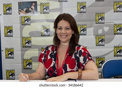 SAN DIEGO - JULY 23 : Actress Meredith Salenger signs autographs and meets fans at Comic-Con - Day 1 on July 23, 2009 in San Diego, CA