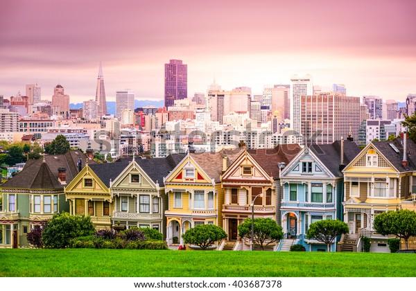 カリフォルニア州のサンフランシスコ、アラモ広場の町並み。