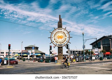 SAN FRANCISCO, CALIFORNIA USA - SEPTEMBER 24: People at Fisherman Wharfs square on a Summertime day 24 September 2015