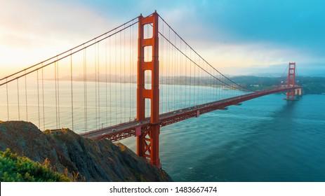 San Francisco's Golden Gate Bridge bei Sonnenaufgang von Marin County