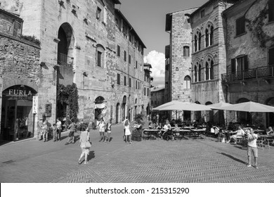 SAN GIMIGNANO, ITALY - 27th of August 2014: Tourists walk in San Gimignano. The  Centre of San Gimignano is a UNESCO World Heritage on 27th of August 2014 in SAN GIMIGNANO, ITALY (black and white)