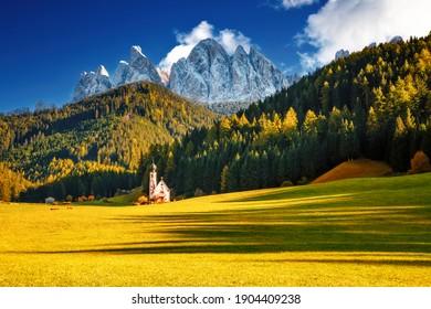 Kirche San Giovanni im Dorf St. Magdalena. Lage: Val di Funes (Villnob), Dolomiten-Alpen, Trentino-Südtirol, Italien, Europa. Bild von beliebten Weltrekordzeichen. Entdecken Sie die Schönheit der Erde.