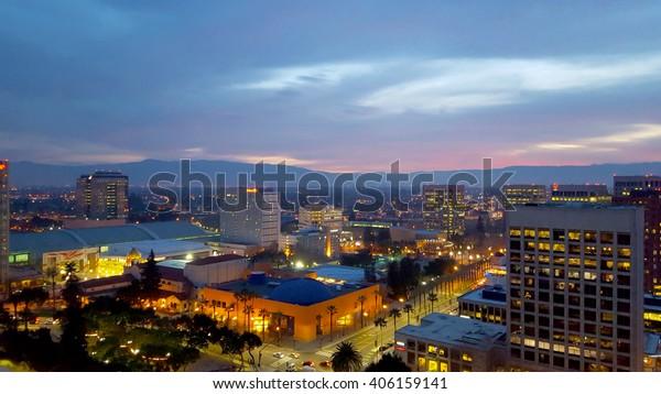 San Jose, Silicon Valley, vista del centro, del Tech Museum, del McENery Convention Center, della Silicon Valley e delle montagne di Santa Cruz al tramonto.