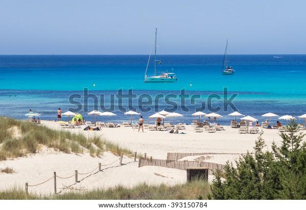 Der Sand und das blaue Wasser des Strandes von Cala Saona, Formentera, Spanien