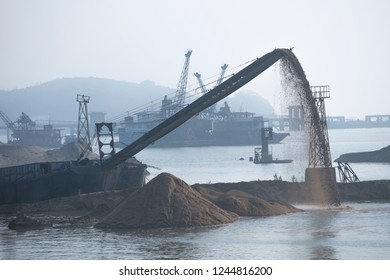 Sand dredgers, industrial and real estate construction sand, destroying the ecological environment background