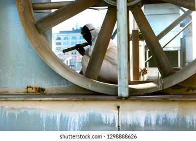 Sandblaster Vapor Blasting In Cooling Tower Dustless Sandblasting Rusted Metal