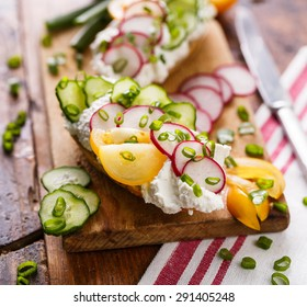 Sandwich with curd cheese, radish, cucumber, tomato and scallion