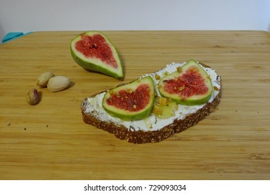 Sandwich with figs, pistachios and cottage cheese