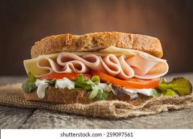 Sandwich mit Salat, Tomate, Schinken und Käse