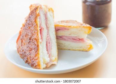 Sandwich monte cristo raspberry front view