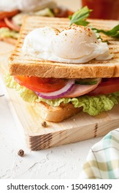 Sandwich with poached egg, ham and fresh vegetables