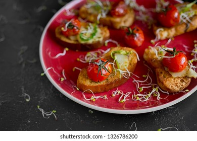 Sandwich toasts with tomatoes