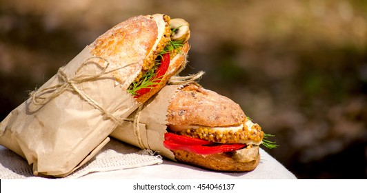 Sandwiches, chicken meat, Bulgarian pepper, mushrooms, dill. Sauce, mustard, natural food. Wrapping paper, twine. A picnic in the woods. Dinner for two. A light snack.