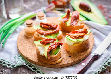 Sandwiches with dried tomatoes and avocados.