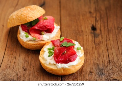 Sandwiches with gravlax, cream cheese and scallion