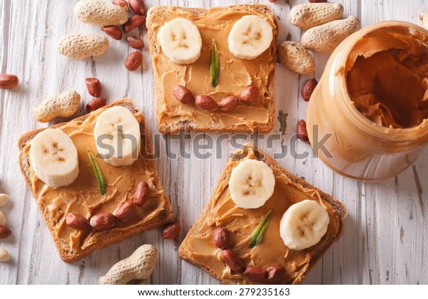 Sandwichs au beurre de cacahuètes et banane pour les enfants. vue supérieure horizontale