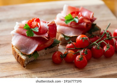 Sandwiches with Prosciutto, tomatoes and parsley