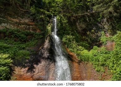 Wasserfall Sankenbach bei Baiersbronn im Schwarzwald, Deutschland, bei Sonnenschein