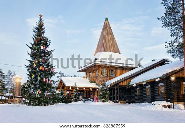 Oficina de Santa Claus en Santa Village con árbol de Navidad, Laponia, Finlandia, en el Círculo Ártico en invierno. Gente de fondo