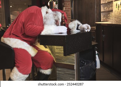 A Santa claus sleep at the bar. Too drunk.