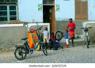 Santa Maria, Sal Island, Cape Verde, África - August 22, 2018: African kids playing in street of Santa Maria in Sal, Cape Verde.