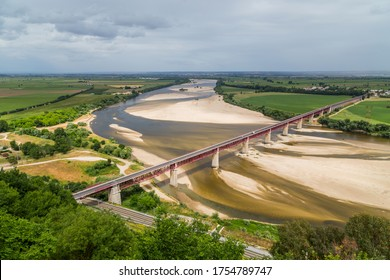 Santarem, Portugal. Le pont Ponte Dom Luis I, le Tage et Leziria forment la plaine alluviale fertile de Ribatejo. Vue depuis le point de vue de Portas do Sol