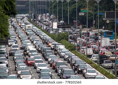Sao Paulo, Brazil, December 08, 2017. Heavy traffic in the North South Corridor, at the 23 de Maio Avenue, south zone of Sao Paulo. This avenue connects the northern and southern areas of the city.