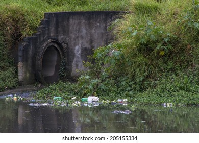 SAO PAULO, BRAZIL, JUNE 01, 2008. Pollution of Pinheiros river by sewage and trash of city in a rain day