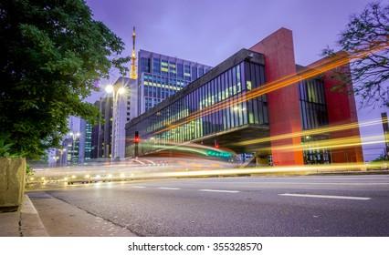 Das Kunstmuseum Sao Paulo (MASP) befindet sich auf der Avenue Paulista in der Stadt São Paulo, Brasilien. Die Beton- und Glasstruktur wurde 1968 erbaut.