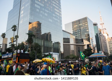 SAO PAULO, SP, BRAZIL - MAY 26, 2019: Pro-government political demonstration on Avenida Paulista, with banners and posters. Shopping Cidade São Paulo in the background, with its glass facade.