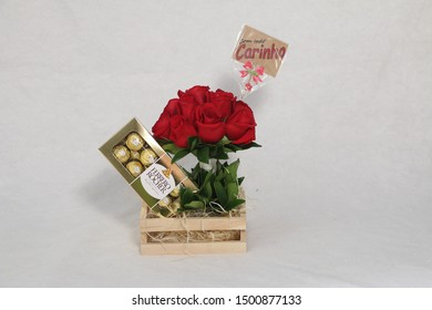 """Sao Paulo, SP/Brazil, June 06, 2018.  Flowers and chocolates Ferrero Rocher  produced by the Italian chocolatier Ferrero. With plaque in Portuguese written """"With all affection"""""""