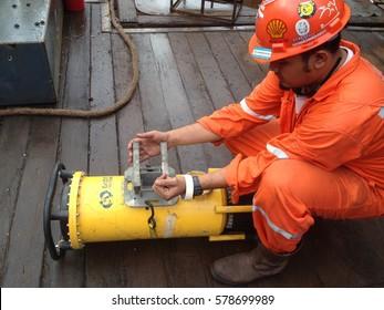 SARAWAK, MALAYSIA - FEBRUARY 5TH, 2016 : Unidentified worker was setup Non-Destructive Test equipment.