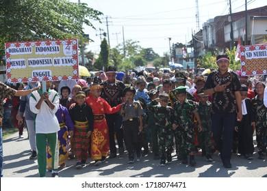 sarmi, papua-indonesia, anak-anak sekolah dasar berjalan di sekitar kota mengenakan pakaian tertentu, 15 Agustus 2019