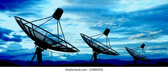 Satellitenantennen unter blauem Himmel