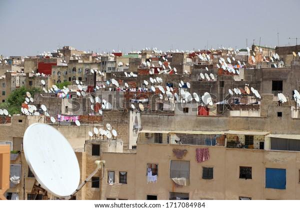 Las antenas parabólicas cubren los tejados en Fez, Marruecos