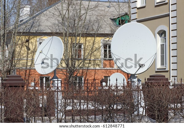 satellite-dishes-installed-courtyard-600